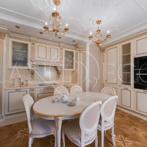 Деревянная отделка кухни в стиле классицизм