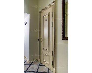 Дверь с отделкой наличником