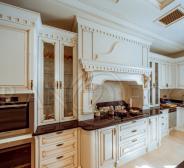 Белая деревянная кухня